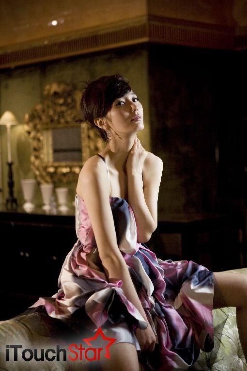 안혜경, 고품격 화보서 과감한 섹시미 발산