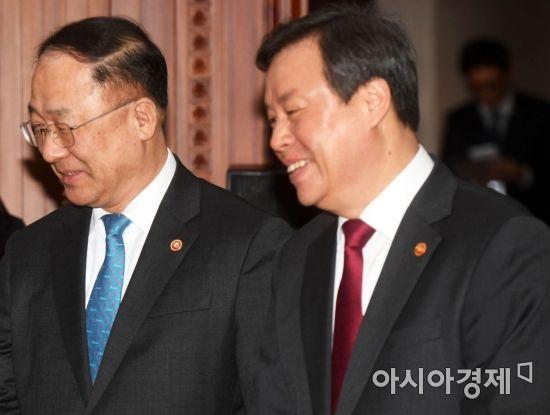 [포토]홍남기 국무조정실장과 도종환 문체부 장관 '밝은 미소로'