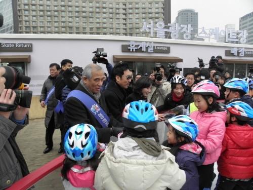 최광식 문화부장관은 나경원 조직위원장과 함께 서울광장 스케이트장을 찾아 스페셜올림픽 가두켐페인을 벌이고 있다.