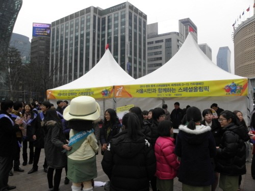 서울광장에 마련된 스페셜올림픽 홍보부스에서는  시민들을 상대로 리플렛, 배지 기념품을 홍보물을 배부해