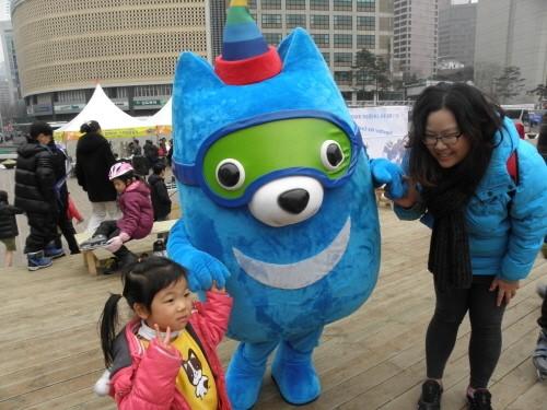 지난 14일 서울광장에서 2013평창 동계스페셜올림픽 가두켐페인이 열렸다. 한 가족이 마스코트와 기념촬영을 하고 있다.
