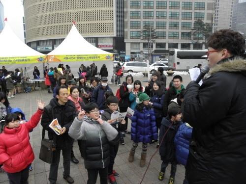 어린이 등 시민을 대상으로 스페셜올림픽 퀴즈 이벤트가 열리고 있다.