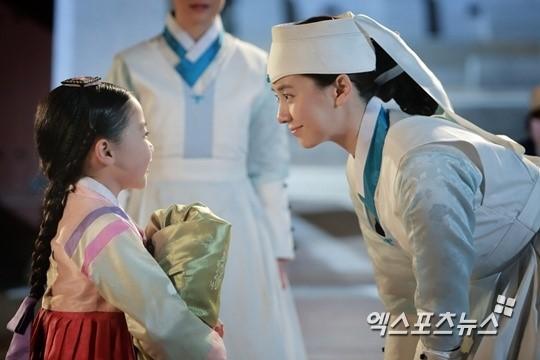 송지효 눈빛 교환…아역배우 김유빈과 다정한 모습 '친자매?'