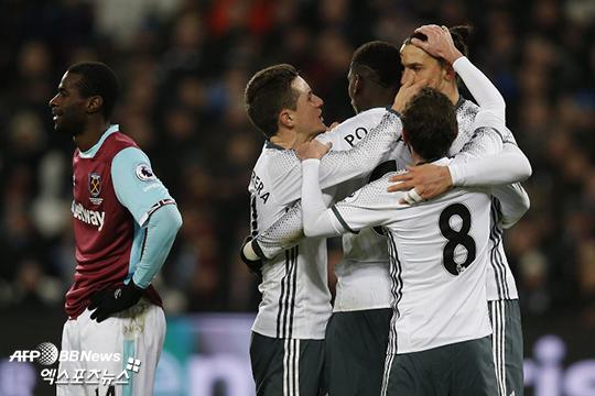 '즐라탄 골' 맨유, 10명 뛴 웨스트햄에 2-0 승리
