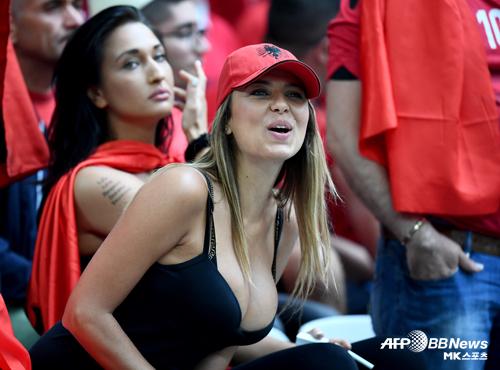 알바니아 미녀 팬 `우리가 졌다고?` [MK포토]