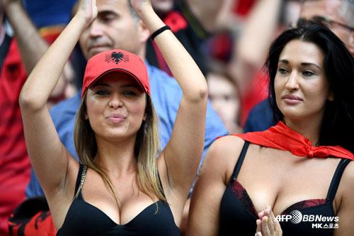 알바니아 미녀 `숨막히는 응원` [MK포토]