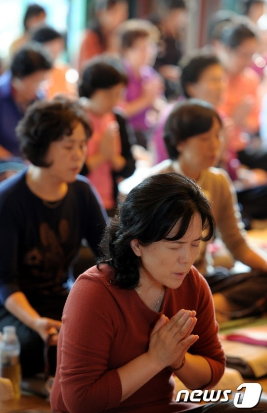 Korean mothers praying for school success