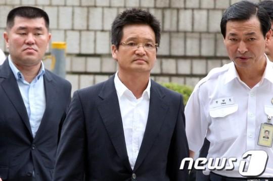 '성접대 의혹' 윤중천 구속영장 발부