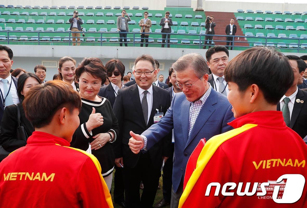 베트남 청소년 축구 선수들 만나 인사 나누는 문재인 대통령