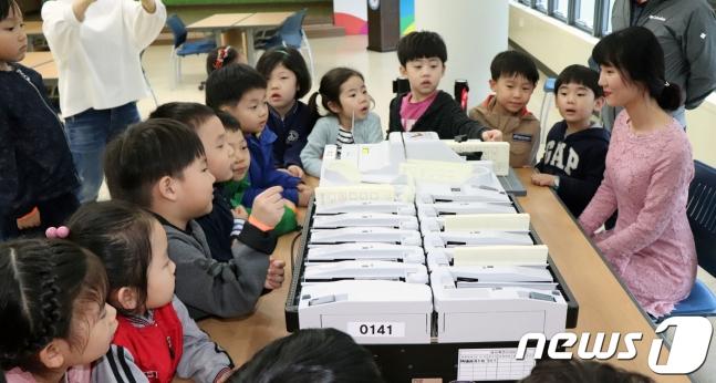 올망졸망 앉아 투표지 분류 시연 보는 아이들