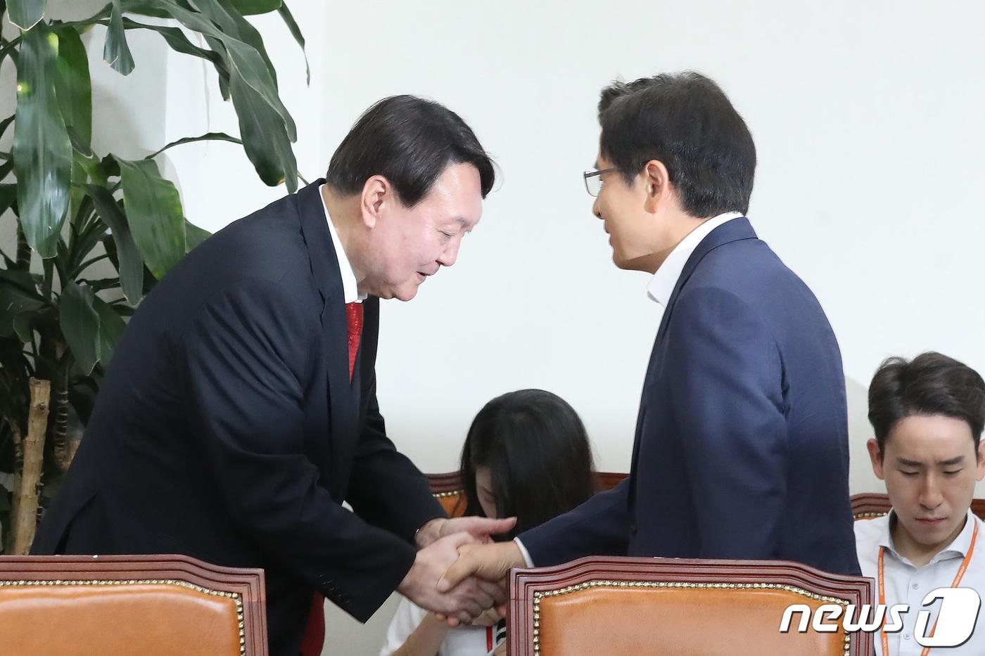 황교안 대표 찾은 윤석열 검찰총장 '선배 향한 깍듯한 인사'