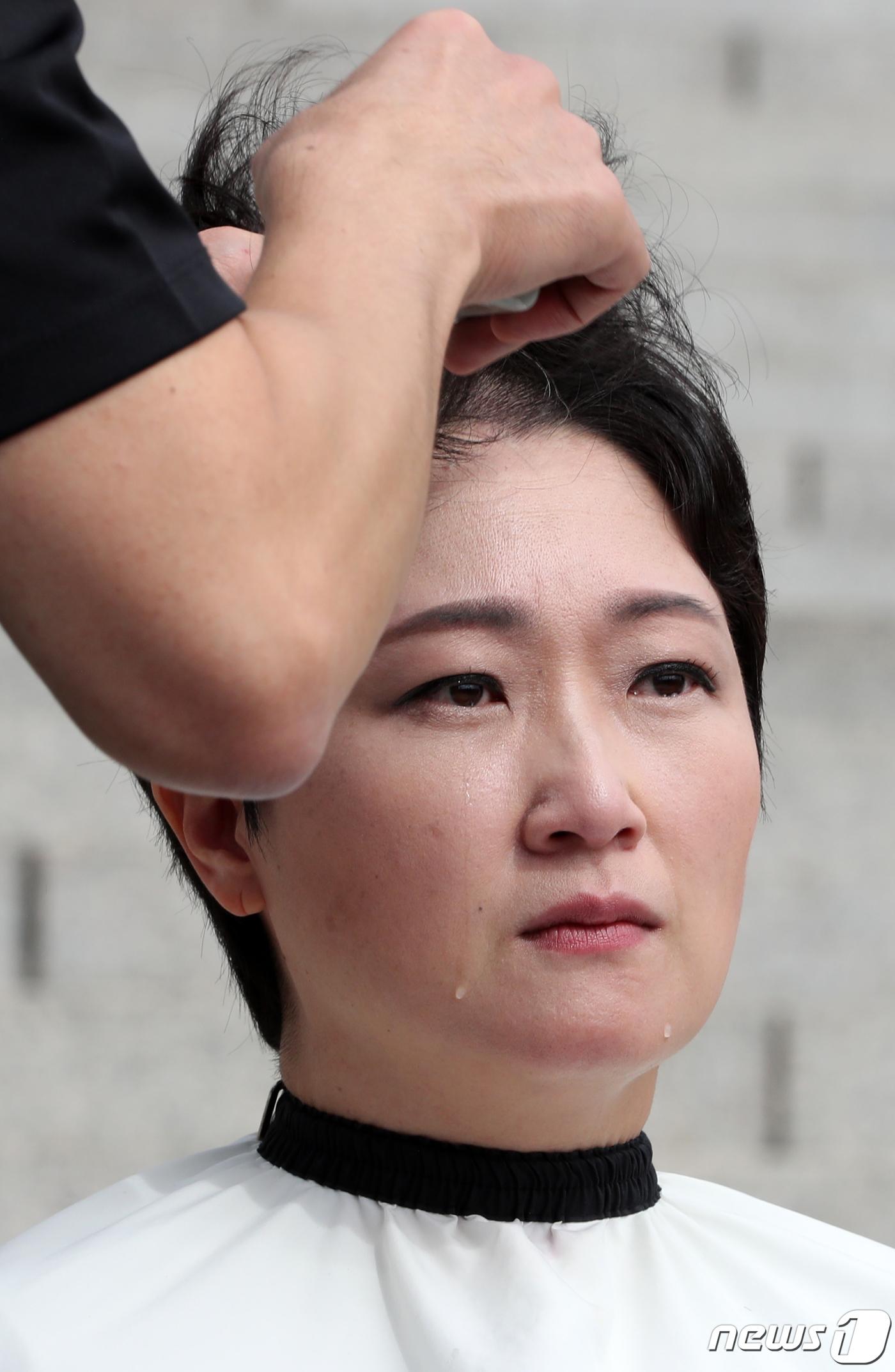 '조국임명 규탄 삭발' 이언주...볼타고 흐르는 눈물