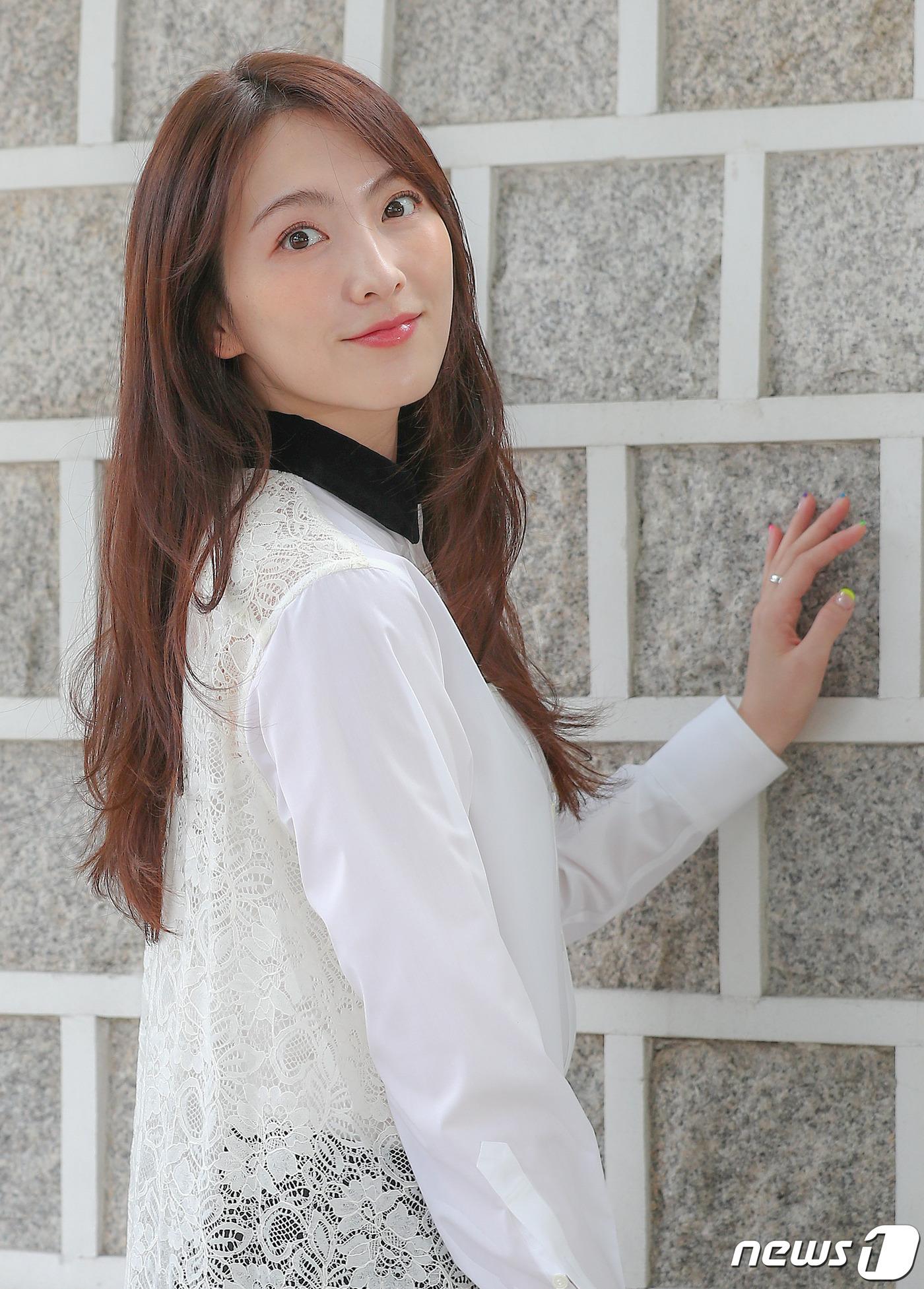 강지영 '수줍은 눈맞춤'