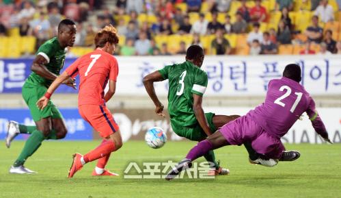 [SS포토]한국-나이지리아, 수비에 막히는 문창진의 슛