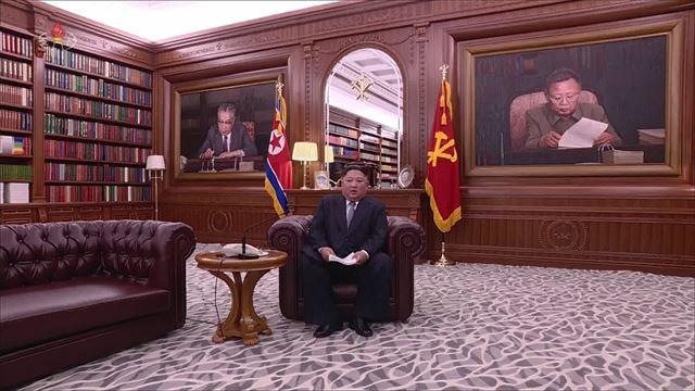 [포토] 뒤에는 김일성-김정일 사진, 소파에 앉은 김정은