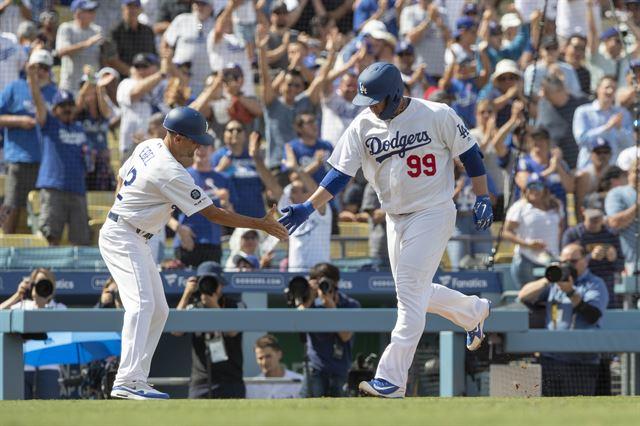류현진, 데뷔 7년 만에 첫 홈런…6번째 도전 만에 13승