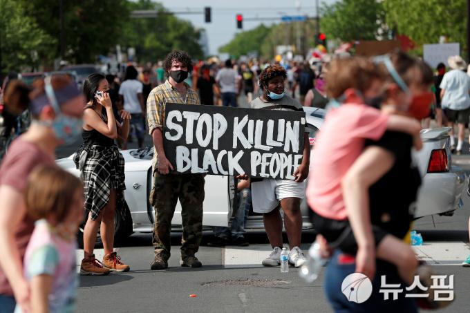 """[사진] """"살인은 그만""""...피켓 든 흑인 사망 규탄 시위 참가자"""