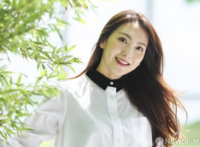 강지영의 청명한 미소