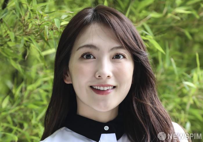 강지영의 따뜻한 미소