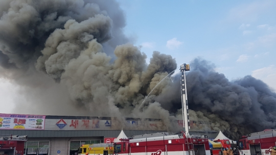 인천 화재, 식자재마트 불에 타 이 일대 검은 연기로 뒤덮여…소방당국