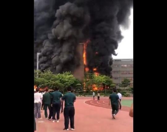 서울 은명초등학교, 黑煙에 휩싸인 교정…미처 빠져나오지 못한 학생 없나