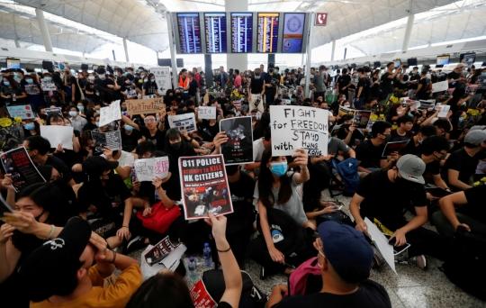 홍콩공항 운항 재개…13일 오전부터 체크인 수속