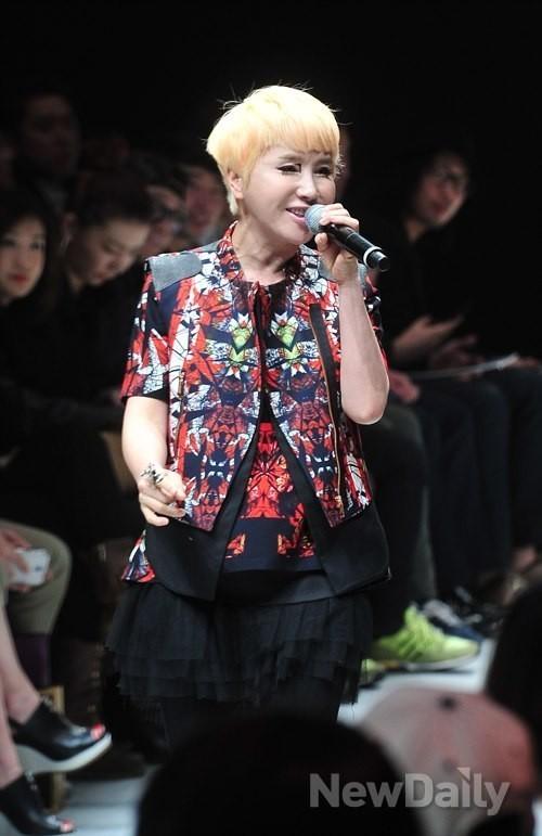 [포토]박윤희 디자이너 패션쇼 오프닝 여는 가수 박혜경