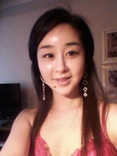 함소원, 환한 미소 선보이며 '찰칵'… '살짝 보이는 가슴골이 아찔해~'