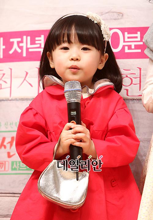 """[포토]최시원 사로잡은 아역 김유빈 """"꽤 똘똘하죠?"""""""