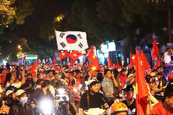 [2018 AFF 스즈키컵] 베트남 축구 원정 승리에 하노이 열광…태극기 흔들며