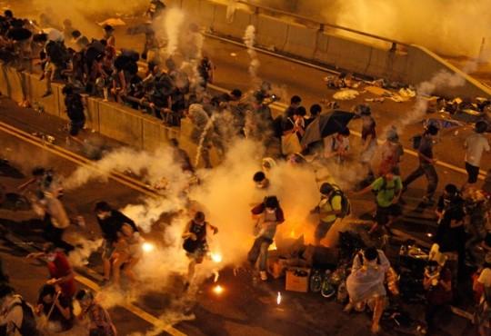 홍콩 도심 점거 시위… 경찰 최루액 살포 수십명 부상