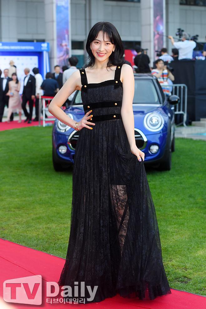 [TD포토] '카라 출신' 강지영, 블랙 시스루 드레스 입고 영화제 참석