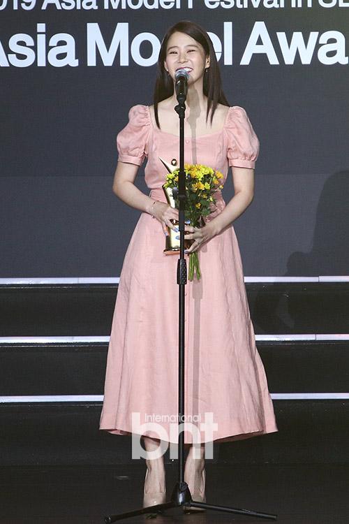[bnt포토] 한승연 '인기상 수상했어요'(2019 아시아모델 어워즈)