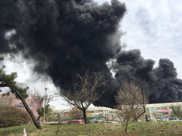 멀리서 봐도 보이는 시커먼 화마 인천 화재, 서구 인천 가좌동 이례화학공장 긴급 위험 처해