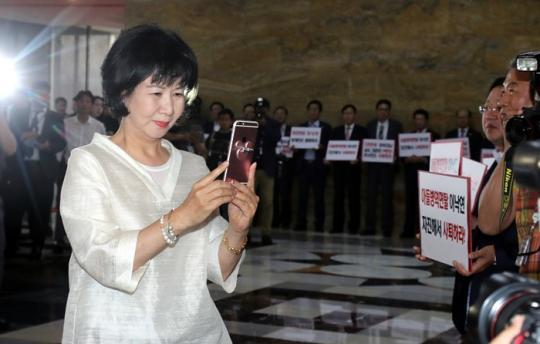 피켓 시위 중인 자유한국당 생중계한 손혜원 의원