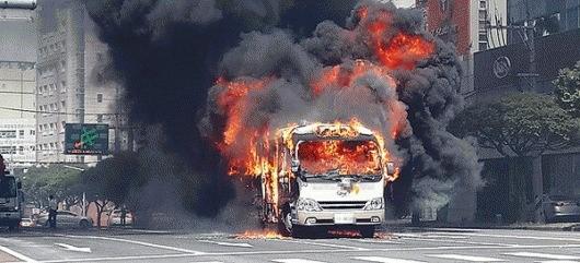 신호대기중 버스에서 화재