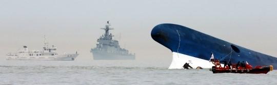 """진도 여객선 생존자들 """"침몰 1시간 전부터 배 기울었다"""""""