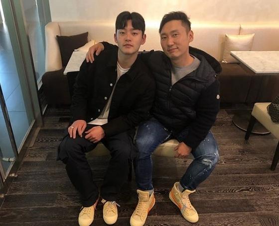 [#별별샷]개그맨 이승윤, 훈남 매니저와 커플 신발 신고 '스마일'