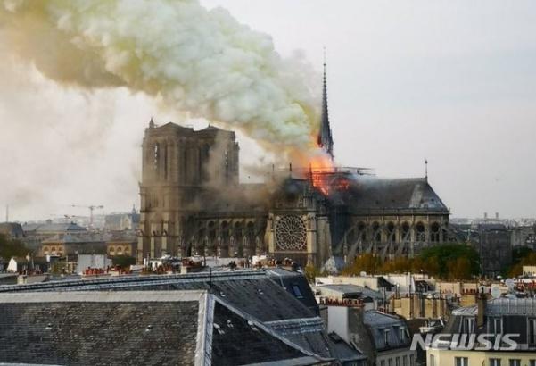 파리 노트르담 대성당 화재, 첨탑 무너지고 지붕 전소