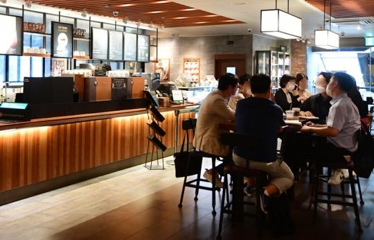 '코로나 2단계' 카페ㆍ결혼식ㆍ피시방(PC방)ㆍ노래방ㆍ헬스장, 무엇이 달라지나