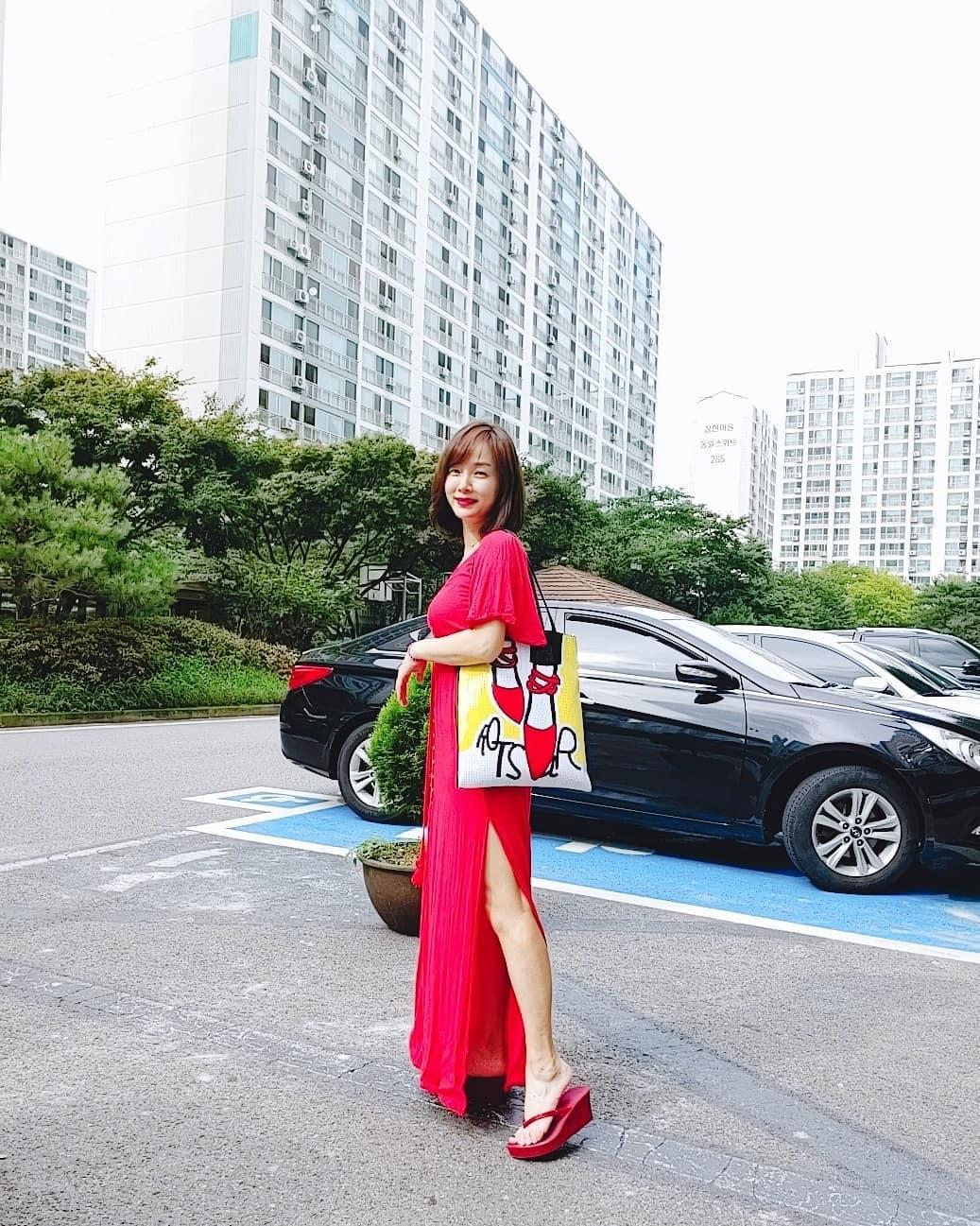 유경아, 강렬한 컬러 돋보이는 원피스 패션…'각선미 자랑'
