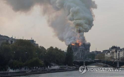 파리 노트르담 대성당 큰 불…파리 시민들 충격·눈물