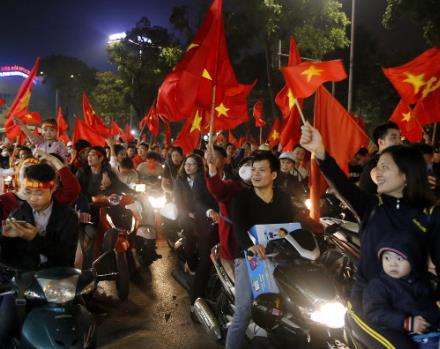 승리 기원하는 현지의 폭발적 사진 한 장?... '베트남 말레이시아 축구 중계' 관심 속 시선 집중