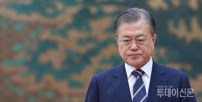 [리얼미터] 문재인 대통령 지지율, '조국 논란'에 하락…부정평가는 9주 만에 역전