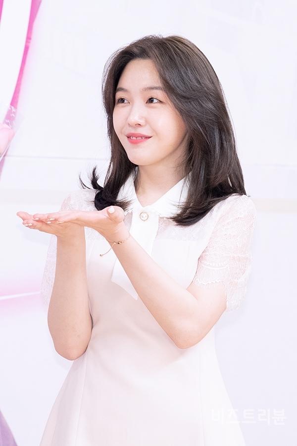 [포토] 방민아, 꽃 받아서 행복해 (SBS 절대그이 제작발표회)