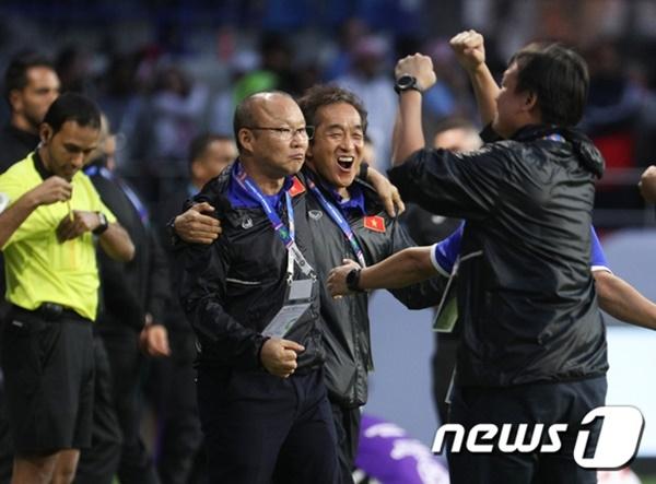 [SEA게임] 베트남, 인도네시아 3-0 격파 60년만에 우승…박항서 퇴장 왜?