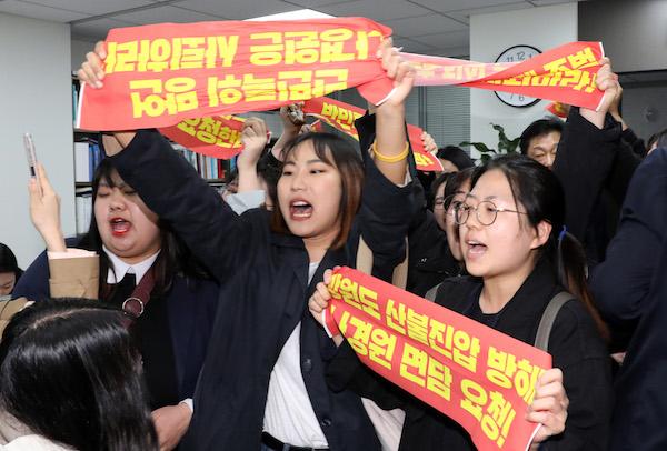 """""""나경원?황교안 사퇴하라!"""" 대학생 기습농성"""