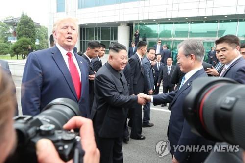 """'파격' 남북미 첫 만남, 트럼프 """"당장 내일 보자"""" · '받아들인' 김정은 · '조력자' 문재인(종합)"""