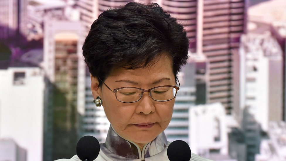 홍콩 시위: 시위 아이콘으로 떠오른 '방패 소녀'