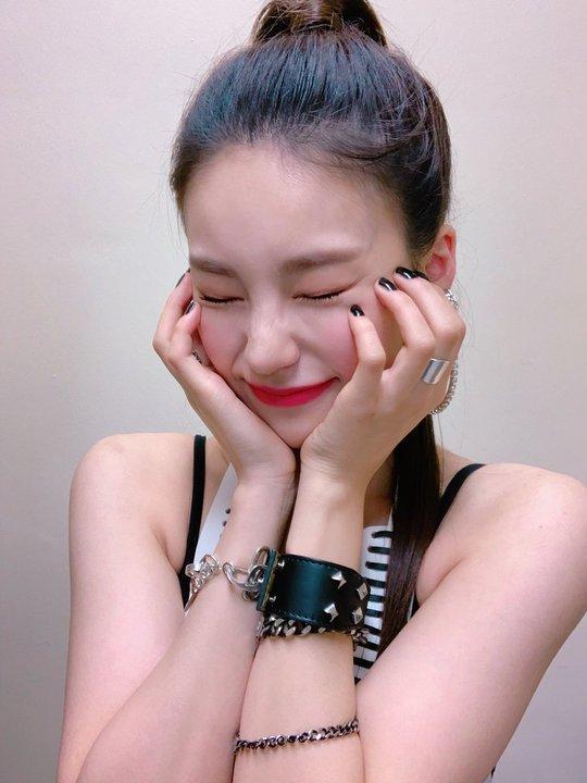 ITZY 5인5색 셀카 공개, 원더걸스 유빈·혜림과 인증샷까지[SNS★컷]